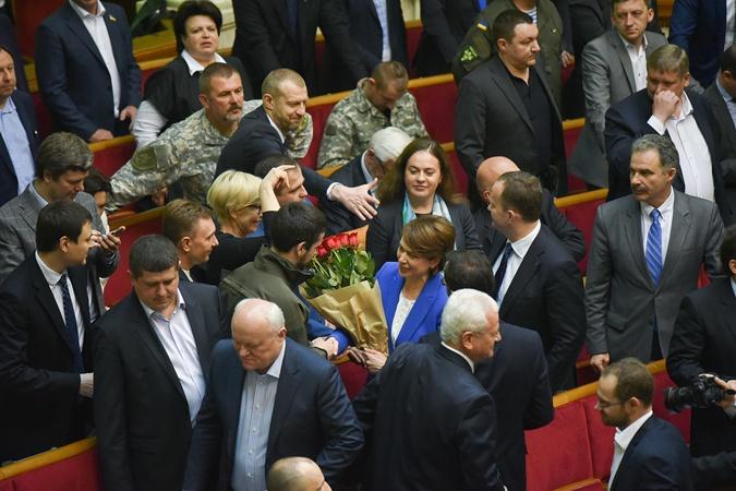 Лилию Гриневич поздравляют с тем, что она больше не депутат, а министр образования.