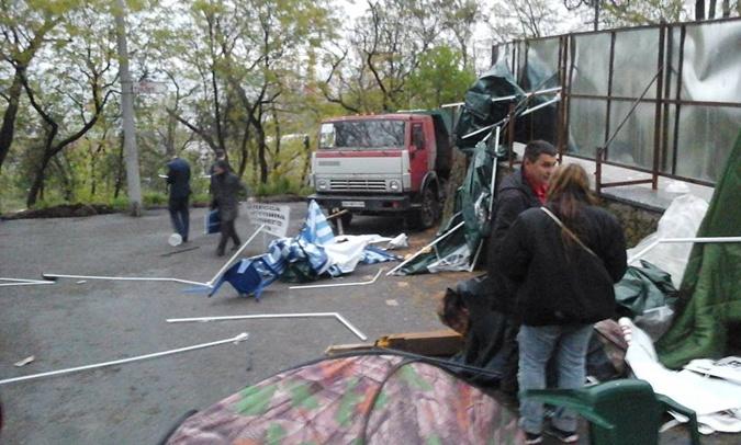 Активисты заблокировали строение горсовета Одессы мусорными баками