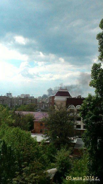 Донецк заволокло дымом: горит мебельная фабрика фото 1