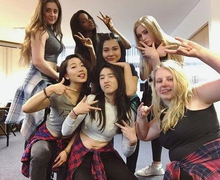 Александра Порошенко (крайняя слева) наслаждается студенческой жизнью. Фото: Facebook , Instagram,  Concord College