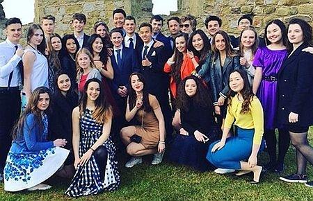 В конце обучения студентам делают выпускные фото. Александра и Евгения Порошенко заканчивают обучение. Фото: Facebook , Instagram,  Concord College