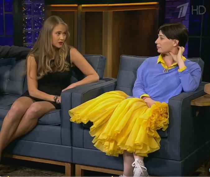 Чулпан Хаматова пришла к Урганту в желто-голубом наряде фото 1