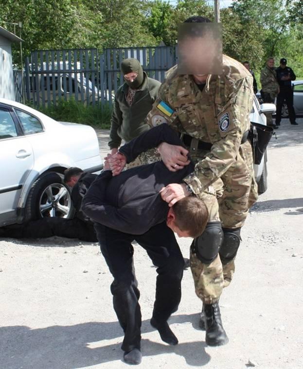 В Запорожье задержали банду, которая виртуозно грабила банки и ломбарды фото 1