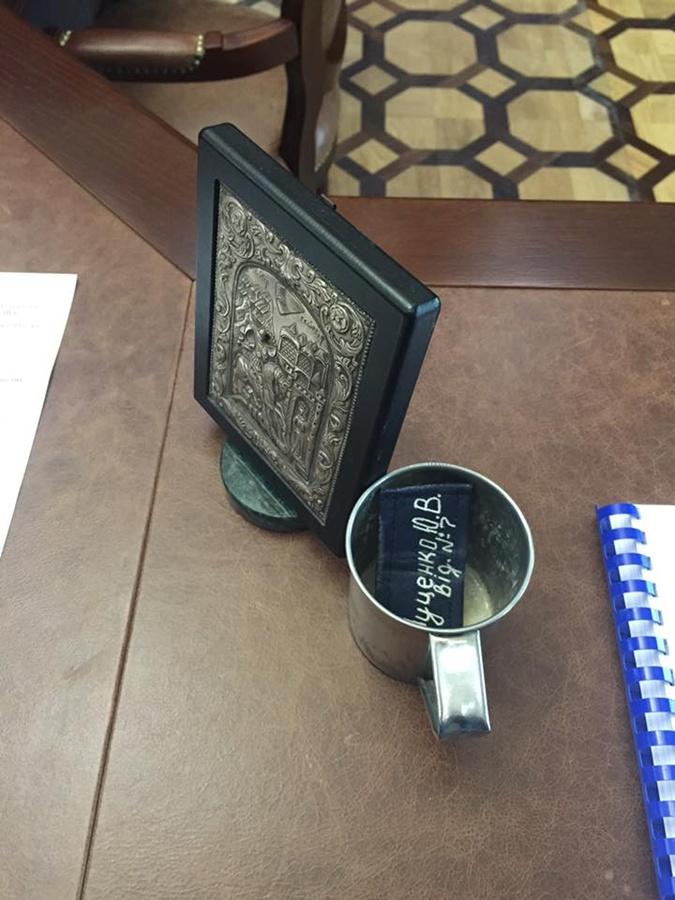 Луценко показал тюремную кружку на столе генпрокурора фото 1