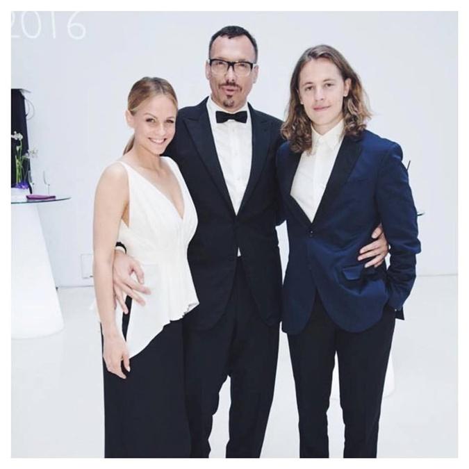 Сын Саркози от первого брака Пьер гастролирует по миру с диджей-сетами и ходит на светские мероприятия.