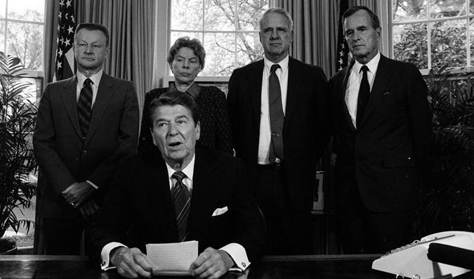 Рональд Рейган и Збигнев Бжезинский (слева) в 1985 году.