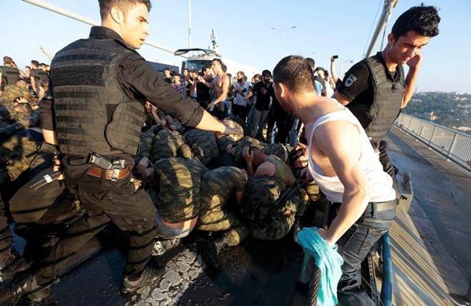 16 июля сторонники Эрдогана избили cдавшихся солдат.