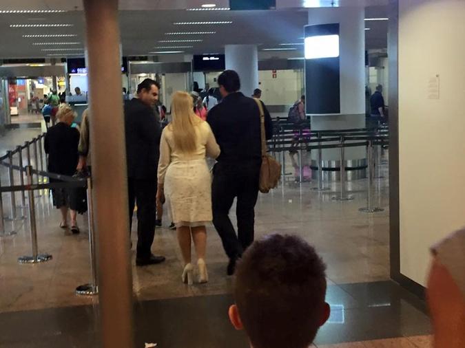 Тимошенко застукали ваэропорту под ручку снезнакомцем