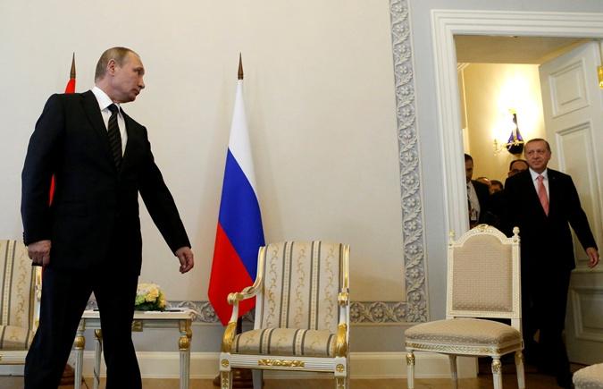 Путин вышел к журналистам первый.