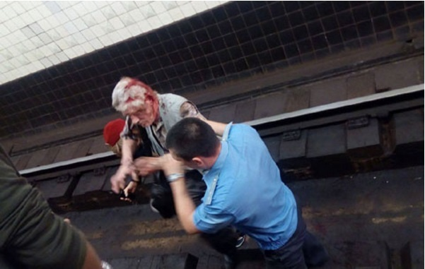 Наметро Арсенальная вКиеве пассажир упал нарельсы, поезд успел затормозить