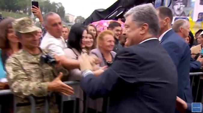 Поррошенко пожал руки пришедшим на парад украинцам.