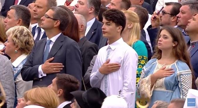 Дети Петра Порошенко поют гимн.