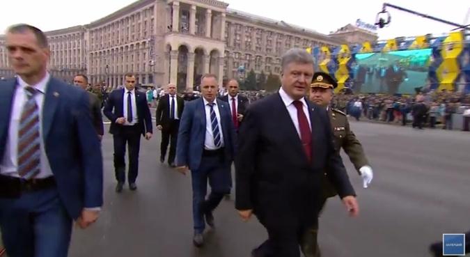 Порошенко в сопровождении Полторака вышел в народ.
