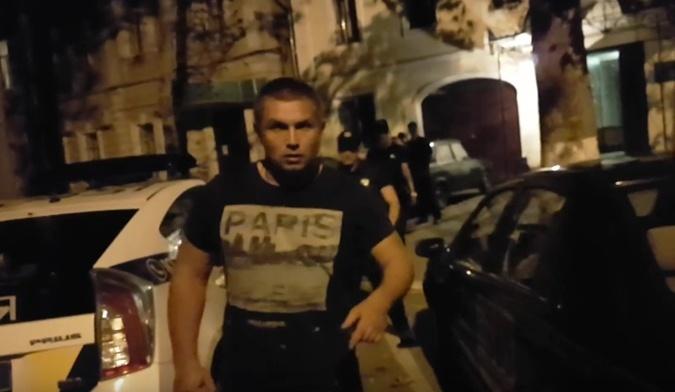 Симов, ударивший прохожего и отобравший мобильный телефон у оператора в полицейском участке. Фото: стоп-кадр видео