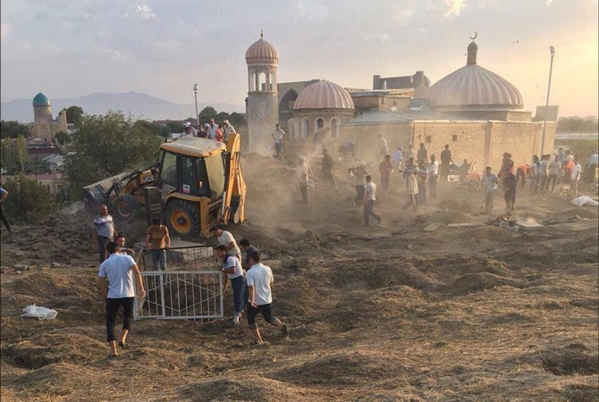 Последние пару дней на кладбище в Самарканде наводят порядок.