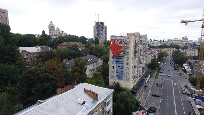 Вцентре украинской столицы художник создал мурал изображающий «любовь» РФ кУкраине