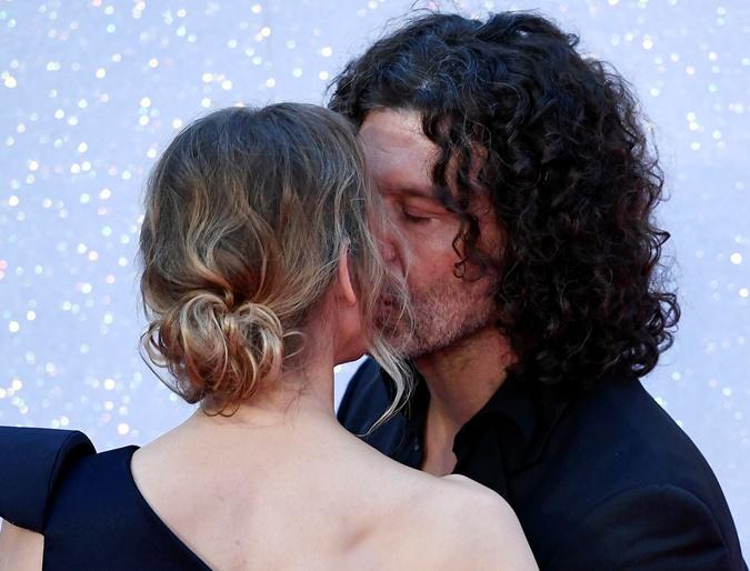 Когда Рене поцеловала своего бойфренда, музыканта Дойла Брэмхолла, толпа взвыла от восторга.