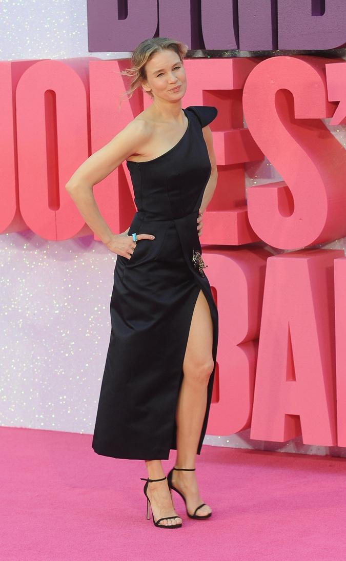 Актриса кокетливо выставила ножку в разрезе платья.