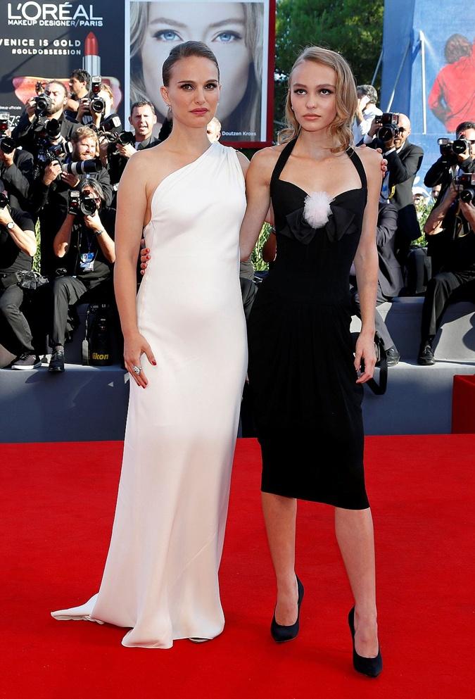 Натали и Лили-Роуз сыграли сестер-экстрасенсов.