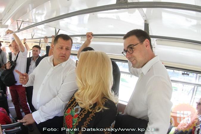 Секретарь горсовета (справа) оплатил билеты за всю делегацию.