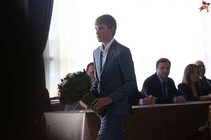 У сына Николая – букет цветов для членов избирательной комиссии.