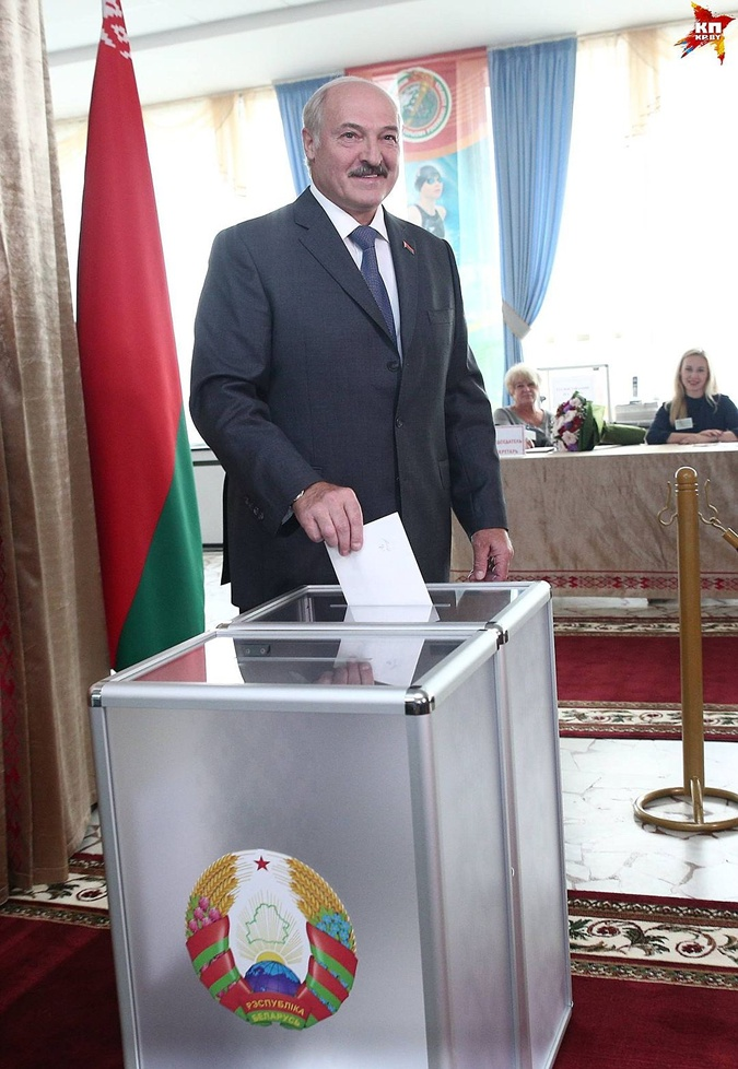 На участке Лукашенко провел буквально несколько минут.
