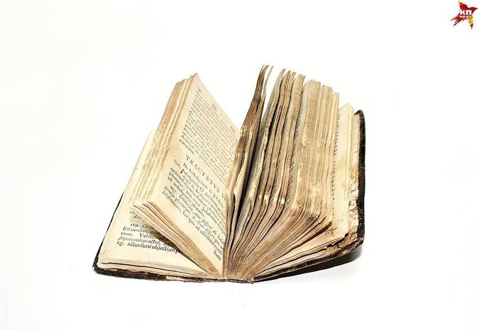Во время войны библиотеку монастыря обворовали.