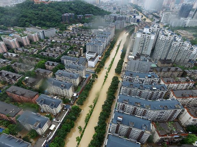 Затопленные улицы города Фучжоу.