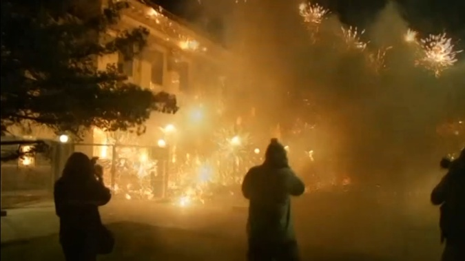 В час ночи у посольства были несколько операторов.