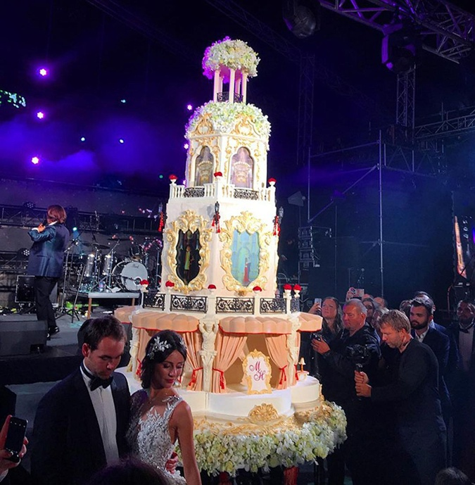 Невеста выбрала пышное платье от известного бренда, а жених строгий костюм с бабочкой.