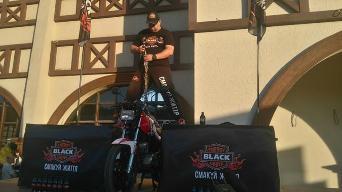 120-килограммовый мотоцикл Олег держал зубами всего 1,5 секунды.