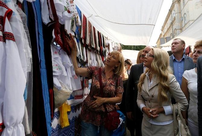 На днях Тимошенко присматривала детские вышиванки во Львове.