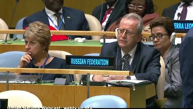 Представители России с невозмутимыми лицами слушали Порошенко.