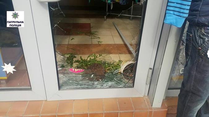 Вор разбил дверь, после того как его закрыли.