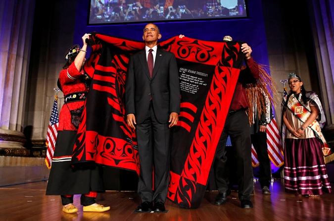 Обама покорно согласился облечься в индейскую одежду.