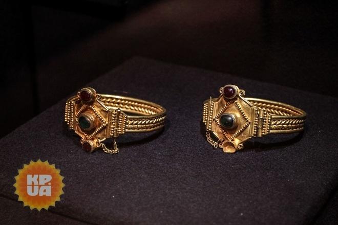 Золотые браслеты из кургана Соколова Могила у села Ковалевка, Николаевская область. І в. н.э. Найдены во время раскопок в 1974 году.