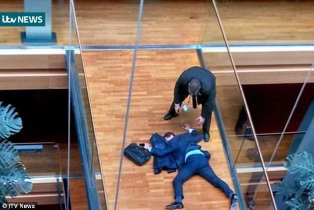 Депутата Европарламента госпитализировали после потасовки соднопартийцем,