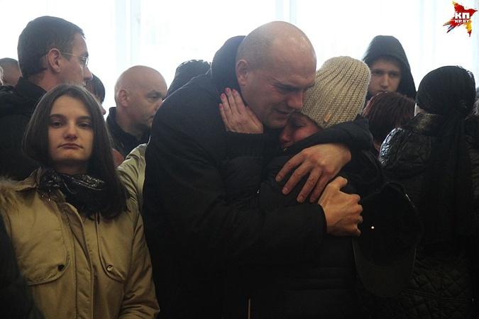 Дочь погибшей (слева) и муж старались сдерживаться.