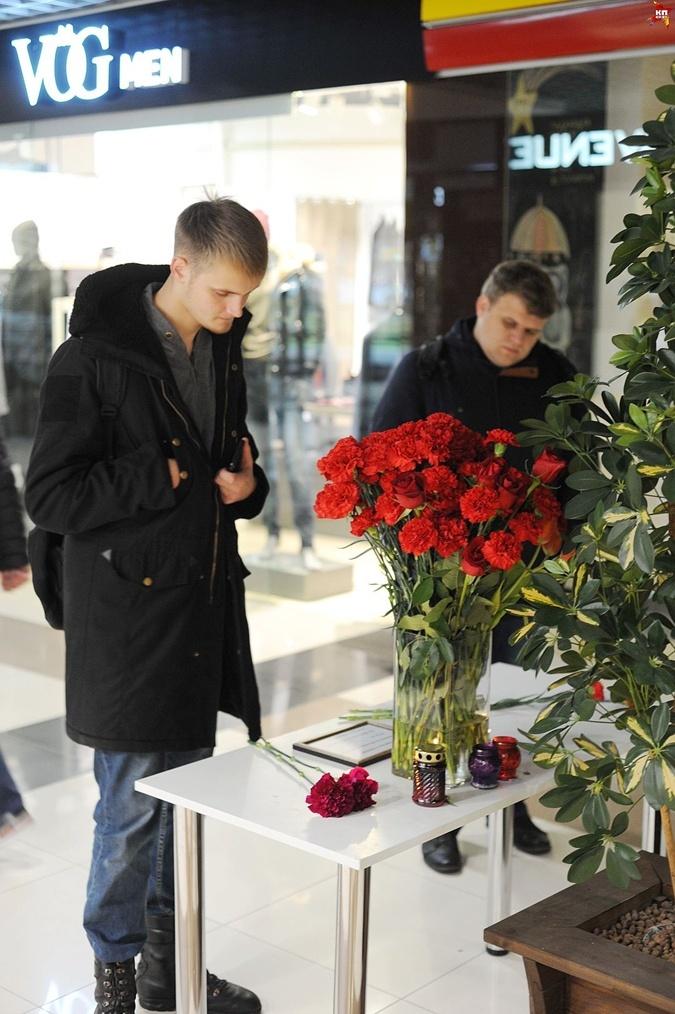 Цветы несут и к месту трагедии в торговом центре.