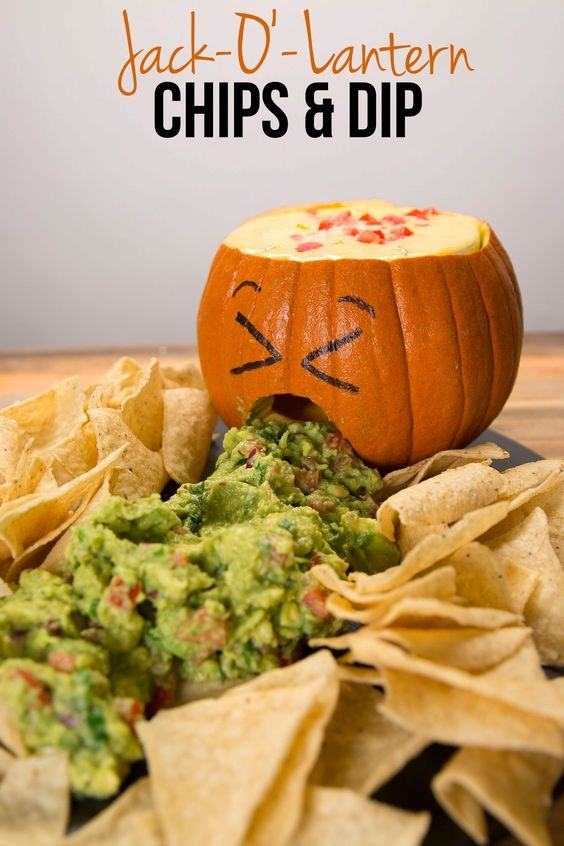 Гуакамоле с чипсами начос на Хэллоуин