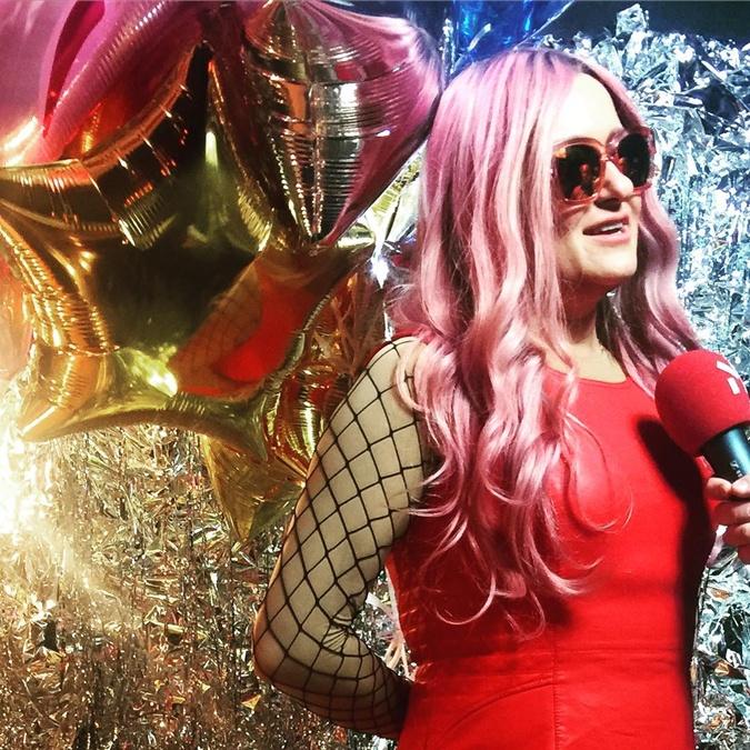 Наталья Могилевская заявилась на концерт группы REAL O с розовыми волосами.