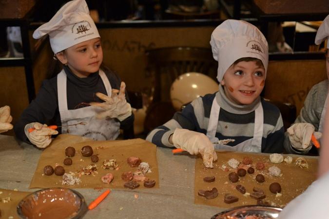 Участники шоколадного мастер-класса учатся собственноручно делать и украшать конфеты. Не обходится и без дегустации!