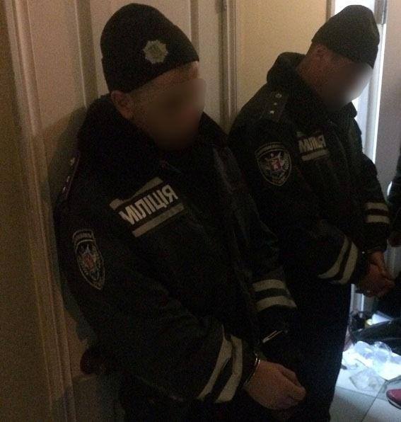 ВЗапорожье задержали 2 полицейских, которые награбили практически 2 млн грн
