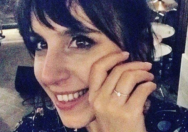 Певица похвасталась помолвочным колечком с бриллантом, которое, по мнению ювелиров, стоит около 30 тысяч гривен. Фото: Instagram Джамалы