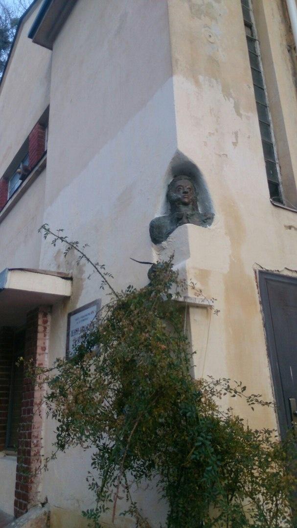 Состояние здания, где пока еще размещается Русский культурный центр - мягко говоря, плачевное.