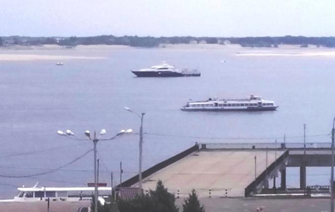Яхта Януковича (на дальнем плане с черным бортом) явно не меньше большого прогулочного катера.