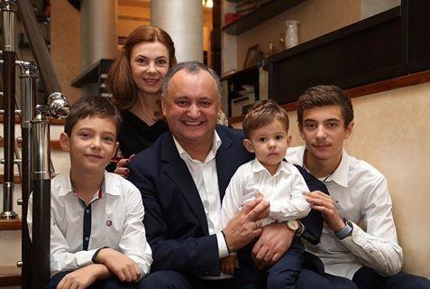 Избранный президент Молдовы Игорь Додон с семьей.