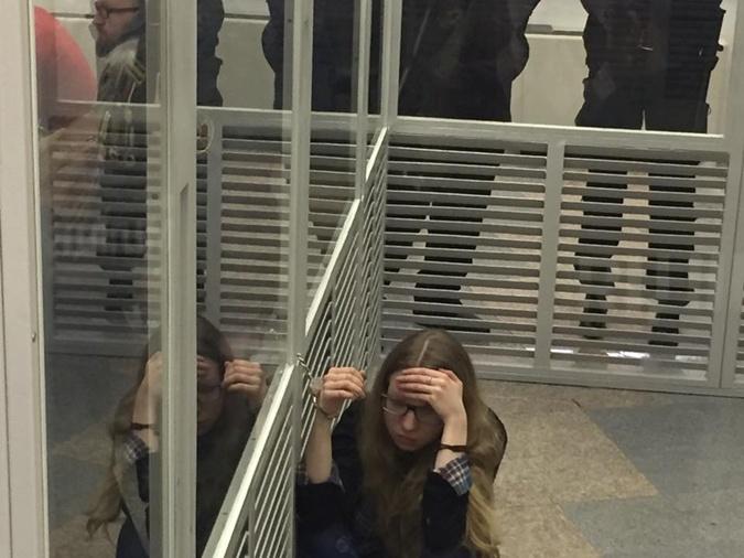Народный депутат приковал себя наручниками кподозреваемой взале суда