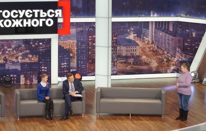 Мама девочки Ирина Дмитриевна, войдя в студию,  сразу начала обвинять учительницу. Фото: пресс-служба