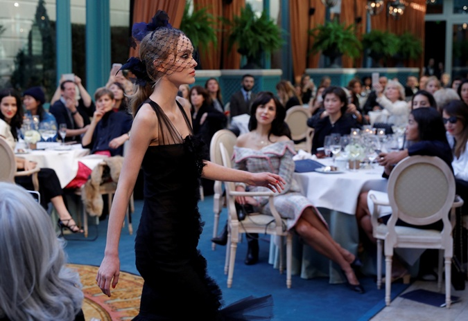 17-летняя дочь Джонни Деппа и Ванессы Паради вышла на подиум на показе Chanel фото 3